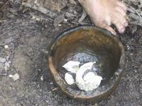 シリーズ原始生活の人。今回は森林の中でカタツムリの殻から「石灰」を作る過程を公開。