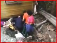 中国の高速道路でバスが横転し乗客が下敷きに。その現場を撮影した映像が公開される。