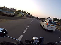インドの道路が自由すぎてライダーが死にかけるスレスレ動画。あいつ酷すぎだろ。