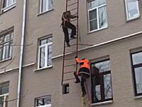 痛いYouTube。ビルの外壁に設置された梯子が予想外の脆さだったら。