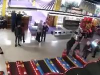 64人が犠牲になったロシアのショッピングモール火災のビデオ。煙のスピードが恐ろしい。