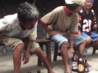 誰か助けてやれよ。ビール早飲み大会で死にかけている老人のビデオが。