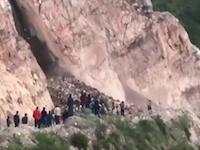 土砂崩れを最前線で目撃しようとした女性、巻き込まれてそのまま埋葬される。