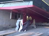 人力なのかwww川崎造船所の進水式の様子が危なっかしくて危なっかしくて。