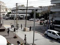 町中の全てが動きを止めて2分間の黙祷を捧げるヨム・ハショアのサイレン(イスラエル)
