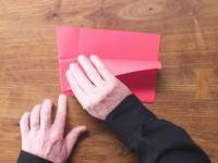 投げたら戻ってくる紙飛行機の折り方。飛行距離世界記録の紙飛行機の折り方も。