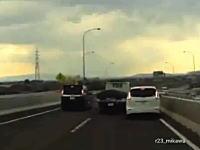 国道23号線で目撃されたあまりにもDQNなトラックの映像。ほぼ当てに来てる。
