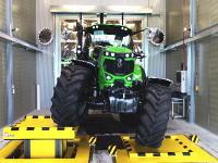 工場見学。ドイツの高級トラクター「ドイツファール」の最新工場。