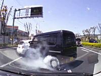 この運転手に何が?事故後もアクセルを踏み続けてタイヤスモークを上げる軽バン