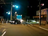最悪の事故。前のトラックを煽っていたセダンが対向車と衝突する瞬間。