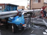北名古屋市のパチンコ店ホーク(閉店)で起きたクレーン車転倒事故の瞬間。