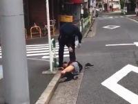 池袋のこの警官wwwwちょっとやりすぎでは?というビデオが話題に。