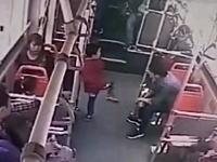 中国人のキレ方がヤバい。ふざけていた小さな男の子をボッコボコにする大人の映像。