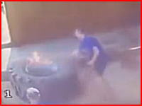 爆発ビード上げ失敗で作業員が吹き飛ばされる事故の映像。2回転した。