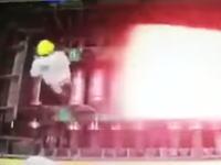 大やけど以上。真っ赤に熱された鉄の下敷きになってしまった作業員のビデオ。