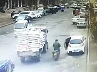 中国の警察さん生命を脅かすドア開き事故を起こしてしまうも被害者の状態を見て逃走する。