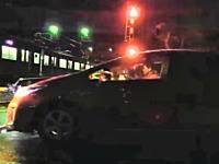 埼玉県の東武線踏み切りでとんでもないプリウスが撮影される。これは通報案件。