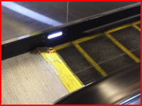 エスカレーターの降り口に巻き込まれているネズミさんの姿が撮影される。