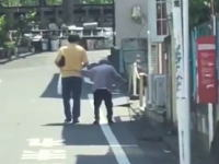 杖をついた老人を虐待するおっさんの映像が池袋本町で撮影されて炎上中。ひどい。