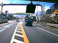 居眠り運転&当て逃げの加害者が投稿した珍しいドライブレコーダー映像ww