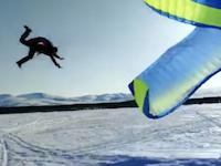 ズボッ!って。着陸地点が雪面で命が助かったパラセーリング事故の映像。