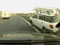 中央道で撮影されたADバンの激しい事故ドライブレコーダー。二重車線変更が原因か。