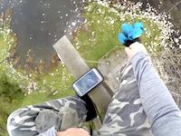 降り方が衝撃的な高所でガクブル動画。高い鉄塔の上からまさかの降り方をする男の映像。