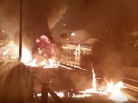 もはやテロだろこれ。道路に爆発物を投げまくるギリシャ正教のイースターがヤバい動画。