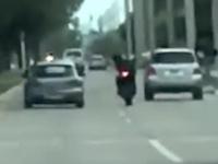 交通トラブルが殺人未遂事件に。アクセラがバイクに体当たりする恐ろしい映像。
