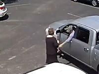 道を尋ねる振りをしておばあちゃんの手提げカバンをひったくる極悪人の映像。