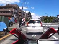 おぎゃあ怖い。信号からスタートダッシュした自転車が車道側に転倒して(((゚Д゚)))