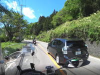 対向のバイクギリギリ。道志みちのプリウスミサイルの車載映像が話題に。