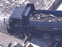 対向車と衝突して橋の欄干を突き破ったダンプカーのドラレコ映像が公開される。