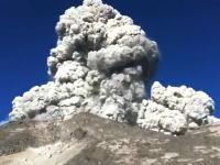 朝食を作っていた登山客のすぐ近くで山が噴火する動画。アジャワ島ムラピ山