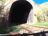 鉄道トンネルを自転車で抜けようとして死にかける大ピンチ動画。先行者はどうなった?