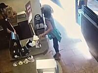 トイレ使用を断られた女性がカウンター前で脱糞しそれを店員に投げつけて逮捕www