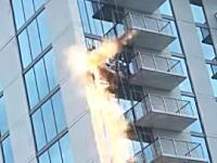 アトランタで窓の清掃作業をしていたゴンドラが爆発して作業員が宙吊りに。