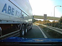 このドライブレコーダー事故でどっちが悪い?横浜町田でトラックと接触。