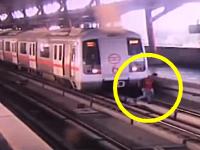 ホームから線路に降りて向こう側に渡ろうとした男性が動き出した電車に轢かれかけるギリギリ動画。