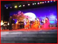 20人が演奏しているステージが崩壊して前列を直撃。1人が亡くなった事故の映像。