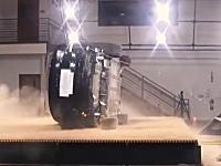最も安全なSUV(NHTSA)テスラモデルXは横転しても自然に元に戻る動画。