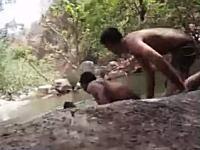 水浴びをして遊んでいた3人の少年が溺れてしまう映像が公開される。