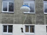 ひどい。ネコにパラシュートを付けて窓から放り投げたらどうなるのか知りたかった。
