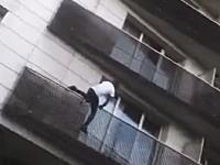 ベランダからぶら下がった小さな子供を救うために5階までよじ登ったスーパーヒーローの映像。