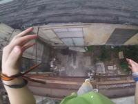 廃墟でパルクールは危険。朽ちたパイプが外れて背中から落下してしまう男性のグゥァァァ