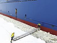 航行中の貨物船を止める事なく船員さんを搭乗させる方法。ボスニア湾にて。