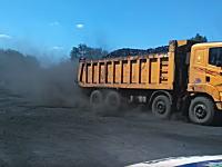 ダンプカーからこぼれ落ちた石炭に群がる貧しい人たちの映像。