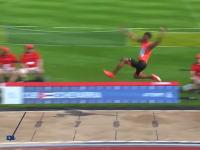 走り幅跳びでキューバの選手が9メートル近く飛んでしまう動画。そろそろ競技場の砂場を伸ばさないとダメだろ。