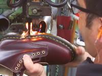 黄色いステッチで有名なドクターマーチン(ブーツ)の作り方。工場見学。