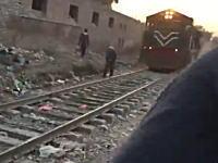 線路を歩いていた男性が後ろからきた電車にはねられてしまう事故の瞬間。